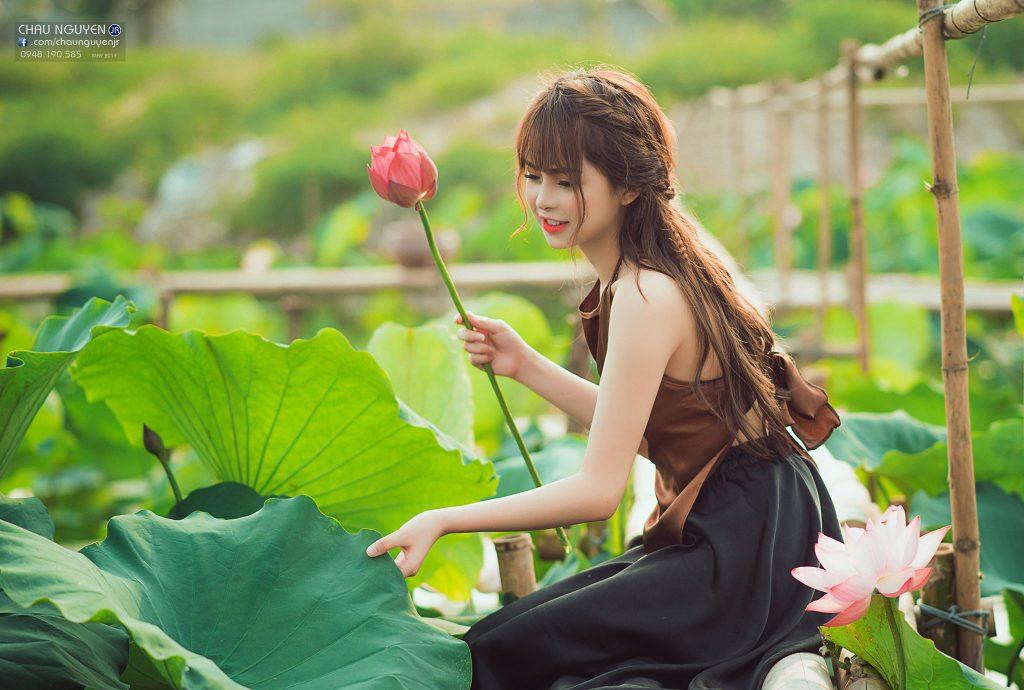 Thảo Trang đẹp rạng ngời bên Hoa Sen