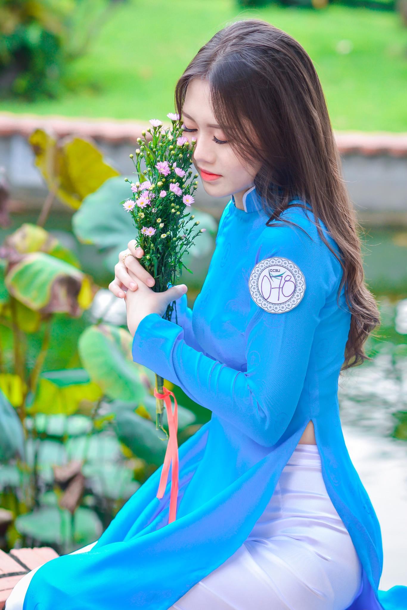 Những bức hình duyên dáng trong tà áo dài tinh khôi được đăng trên mạng xã hội đã nhận được hàng nghìn lượt like, chia sẻ và bình luận của cư dân mạng.