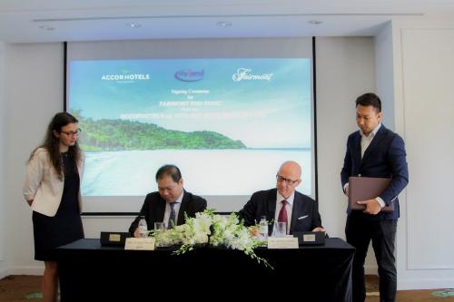 Ông Bùi Mạnh Hưng - Chủ tịch CityLand và ông Patrick Basset - Giám đốc Điều hành khu vực Thượng Đông Nam và Đông Bắc Á AccorHotels ký hợp đồng hợp tác chiến lược.