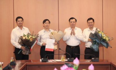 Bộ trưởng Đinh Tiến Dũng trao quyết định cho đồng chí Đặng Đức Mai, đồng chí Nguyễn Đại Trí và đồng chí Phạm Đức Thắng. (Ảnh: Mof)