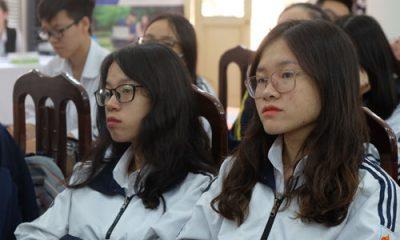 Học sinh lớp 12 trường THPT Việt Đức nghe thông tin về một số điều chỉnh dự kiến trong phương án thi THPT quốc gia 2019. Ảnh: Quỳnh Trang