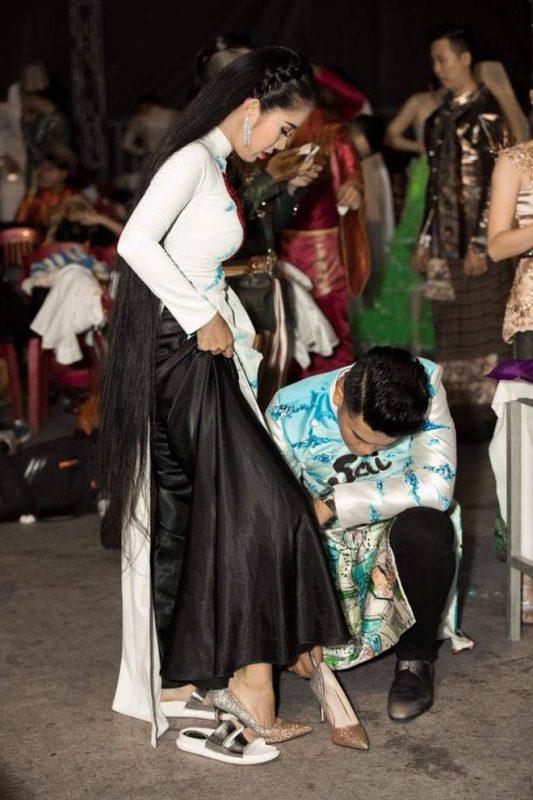 Chồng Lê Phương không ngần ngại thể hiện tình cảm với cô ở nơi công cộng. Những lần cả hai được mời đi hát hoặc tham dự sự kiện, người ta thường xuyên bắt gặp hình ảnh anh chồng trẻ của Lê Phương cúi người giúp vợ thay giày trước đông đảo bạn bè, đồng nghiệp.