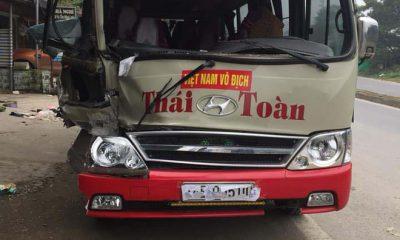 Phần đầu xe khách 29 chỗ bị hư hỏng nặng.