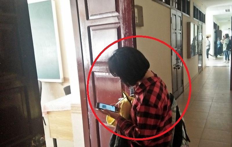 Với kim bài là tấm chứng minh thư nhân dân giả, phóng viên có thể qua mắt giám thị dễ dàng và vào phòng thi. (Ảnh: V.N)