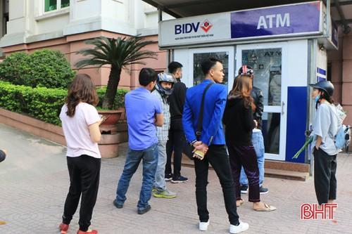 Hàng dài người dân chờ đợi rút tiền tại một điểm ATM trên đường Phan Đình Phùng