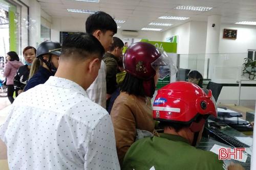 Trước vài ngày, khách hàng vây kín quầy giao dịch Vietcombank đến không còn kẽ hở