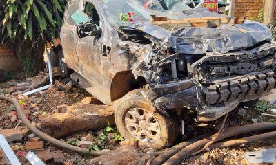 Xe ô tô gây tai nạn bị biến dạng tại hiện trường.