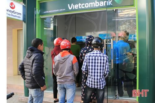Cabin ATM của Vietcombank cũng chật kín người