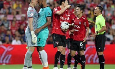 Đặng Văn Lâm nổi nóng với cầu thủ đối phương.