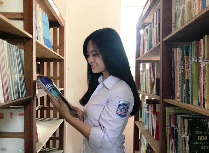 Sau giờ lên lớp, Quỳnh Trang cũng dành nhiều thời gian lên tra cứu tư liệu tại thư viện trường.