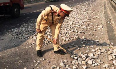 CSGT Bình Định mượn xẻng từ nhà dân để dọn dẹp đá rơi vãi trên đường.CSGT Bình Định mượn xẻng từ nhà dân để dọn dẹp đá rơi vãi trên đường.