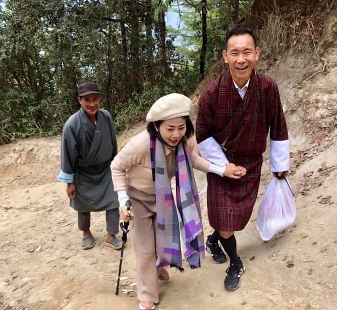 Nữ diễn viên đi bộ đoạn đường núi dài hơn 4 km.