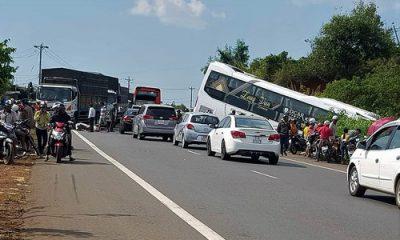 Hiện trường tai nạn xe khách lao xuống vệ đường. Ảnh: Hoài Thanh