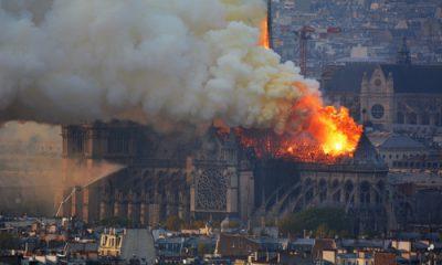 Ngọn lửa dữ dội tại Nhà thờ Đức Bà Paris hôm 15/4. Ảnh: AFP.