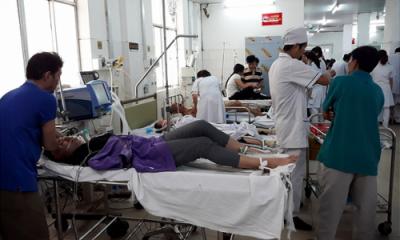 Các nạn nhân bị ngô độc được đưa vào bệnh viện cấp cứu. Ảnh: Tuổi Trẻ