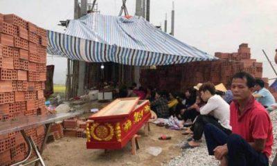 Người thân mang quan tài chứa thi thể ông Tuyên đến nhà Minh gây sức ép.