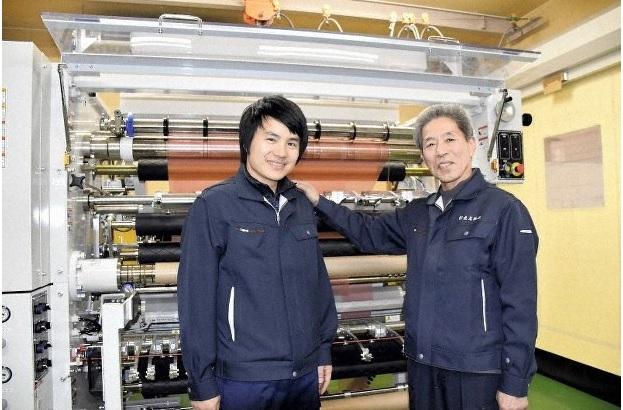 Ông chủ Nagao Shiko (phải) đứng cạnh anh Nguyen Duc Truong được chọn làm người thừa kế nhà máy. Ảnh: Mainichi