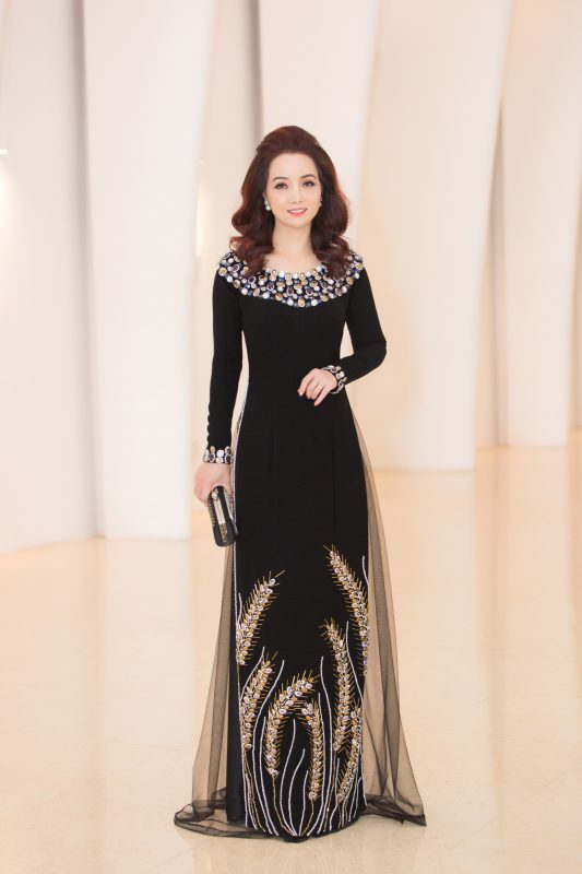 Bộ trang phục khiến người đẹp trở nên đứng tuổi hơn, khá lạc lõng giữa dàn mỹ nhân.