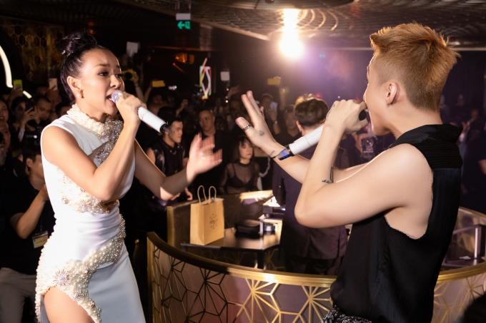 Sơn Tùng bất ngờ nhìn thấy Thảo Trang và quyết định mời đàn chị lên song ca.