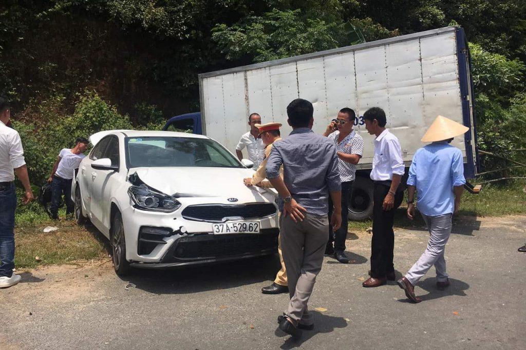Đoàn người hoảng hốt sau cú đâm xe liên hoàn