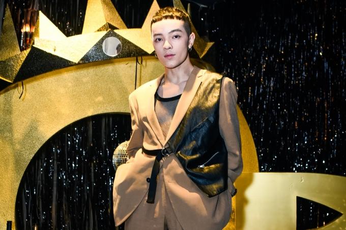 Stylist Keibin Lei ăn mặc cá tính đi xem ca nhạc.