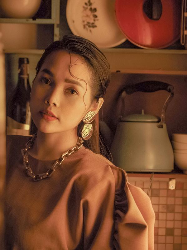 Tạo hình của Đoàn Thúy Trang trong MV 'Sao không nhìn em âu yếm'.