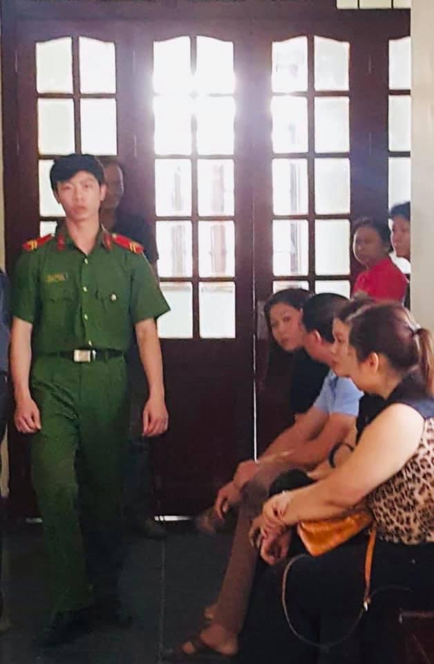 Người nhà bị hại ngồi ngoài hành lang vì phiên tòa được xét xử kín. Ảnh: NK
