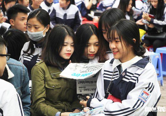 Học sinh hào hứng tham gia chương trình tư vấn tuyển sinh hướng nghiệp năm 2018 của Báo Tuổi Trẻ tổ chức tại Trường THPT chuyên Phan Bội Châu, Nghệ An - Ảnh: DOÃN HÒA