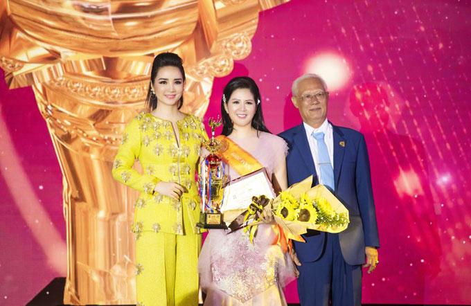 """Ca sĩ Đinh Hiền Anh (giữa) lên sân khấu nhận giải thưởng """"Bông hồng Quyền lực - Nhân vật của năm 2019"""""""