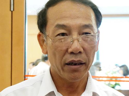 Tướng Sùng A Hồng trả lời báo giới tại hành lang Quốc hội trong sáng 27/5. Ảnh: Võ Hải.