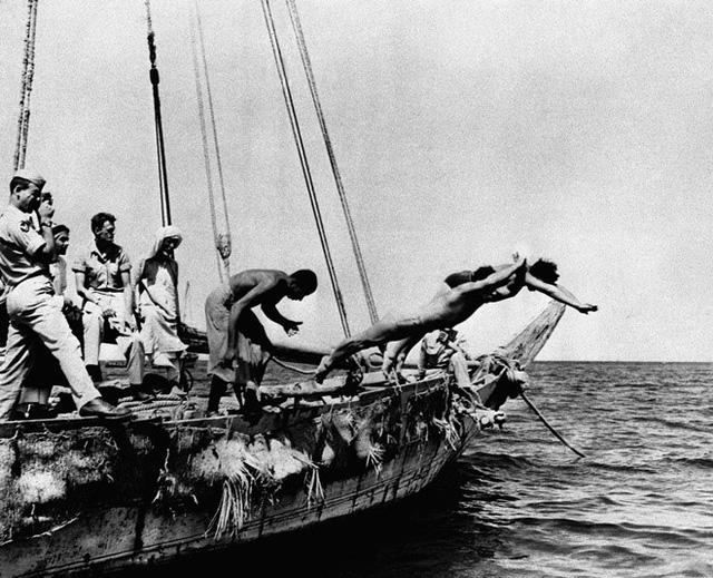 Nghề chính đầu thập niên của người dân Qatar là lặn tìm ngọc trai và chăn lạc đà