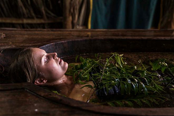 Tắm với nước nóng ngâm lá neem Ấn Độ giúp thư giãn, cải thiện sức khỏe và làn da. Ảnh: Ulpotha