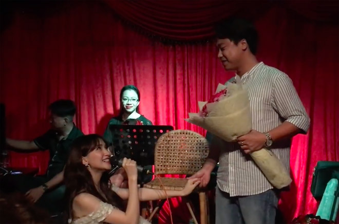 """Nữ ca sĩ quỳ gối """"cầu hôn"""" bạn trai doanh nhân trước sự chứng kiến của người hâm mộ và khán giả."""