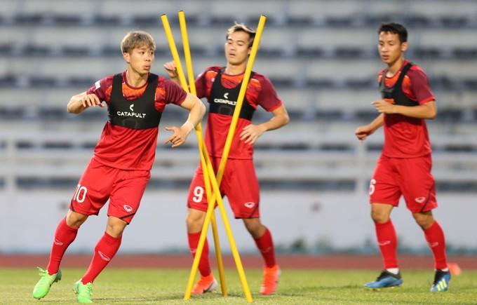 Công Phượng vừa chính thức chia tay CLB Incheon United sau nửa mùa giải gắn bó. Anh sau đó bay thẳng từ Hàn Quốc về Bangkok để hội quân cùng các đồng đội