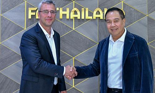 Chọn Romagosa (trái) làm Giám đốc Kỹ thuật là một quyết định táo bạo nữa của Chủ tịch FAT Somyot Pumpanmuang.