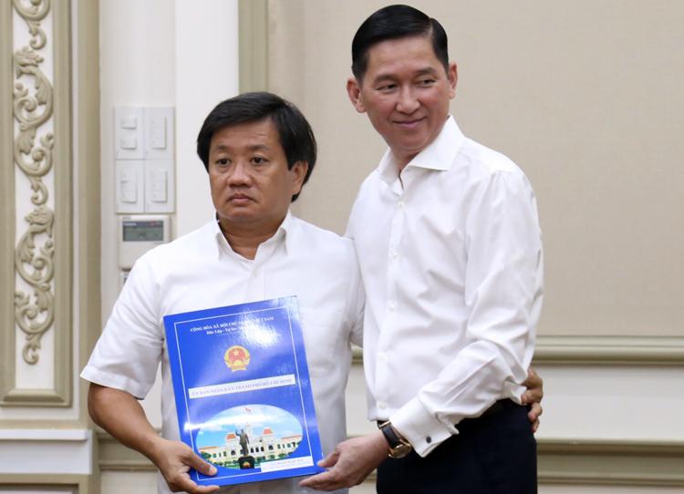 Ông Đoàn Ngọc Hải (trái) nhận quyết định về Công ty Xây dựng Sài Gòn. Ảnh: Hữu Công.