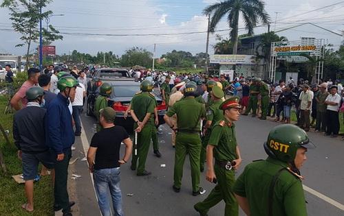 Hàng chục cảnh sát được điều động đến hiện trường giải quyết sự việc. Ảnh: Thái Hà.