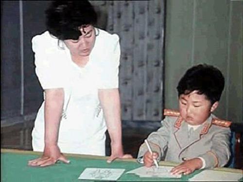 Kim Jong-un được mẹ kèm cặp tại nhà khi còn nhỏ. Ảnh: Mainichi Daily News