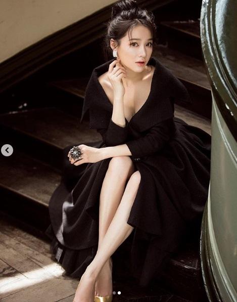 Trong bộ váy đen sang trọng, Nhã Phương vẫn khiến khán giả không rời mắt bởi phần xẻ ngực sâu để lộ phần một phần vòng 1.
