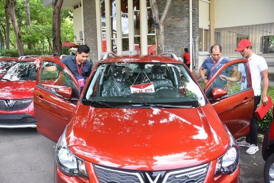 Nhiều khách hàng tỏ ra thích thú với chiếc xe mình sắp được sở hữu