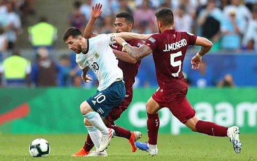 Messi đi bóng trước cầu thủ Venezuela. Ảnh: AFP.