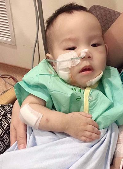 Bé Minh Đức đang điều trị ở Singapore.