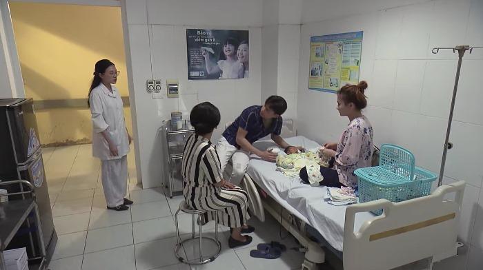 Nhã tự nhận Vũ là chồng và nhờ bác sĩ đi gọi Vũ đi đóng tiền viện phí.