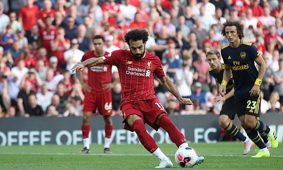Salah đá 11m thành công, nâng tỷ số lên 2-0 cho Liverpool. Ảnh: Reuters
