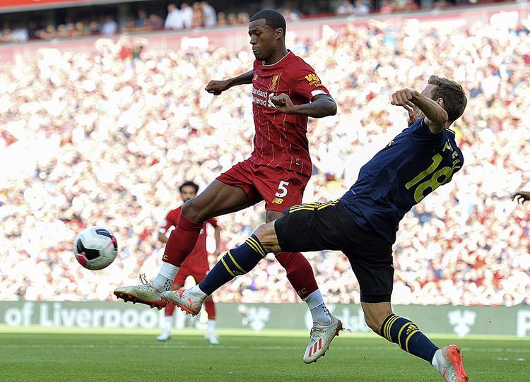 Monreal (phải) hoàn toàn bị lấn át bởi tốc độ của Salah, và sức mạnh của hàng tiền vệ cơ bắp phía Liverpool. Ảnh: EPA.