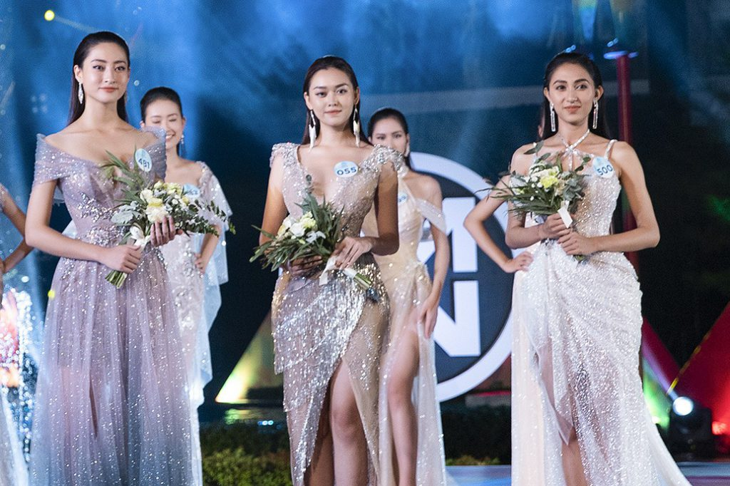 """Thùy Linh (trái) vào top 3 """"Người đẹp thời trang"""" nhờ khả năng catwalk tốt."""