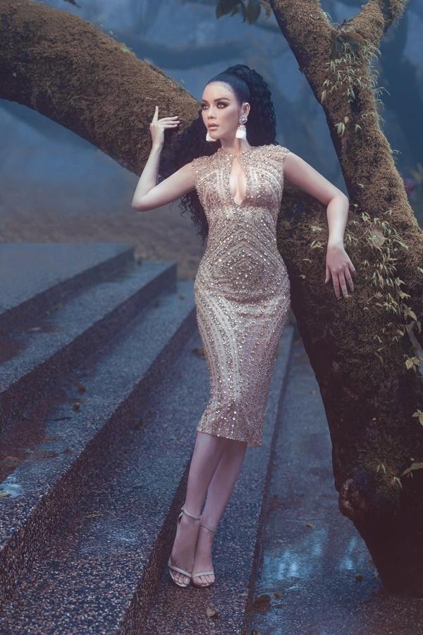 Người đẹp diện váy đính pha lê do nhà thiết kế Đỗ Long thực hiện trong ba tháng.