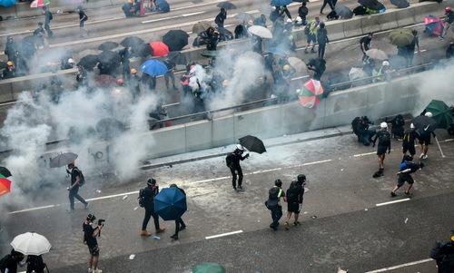 Đám khói từ các quả đạn hơi cay nhằm giải tán người biểu tình chiều 31/8. Ảnh: AFP.