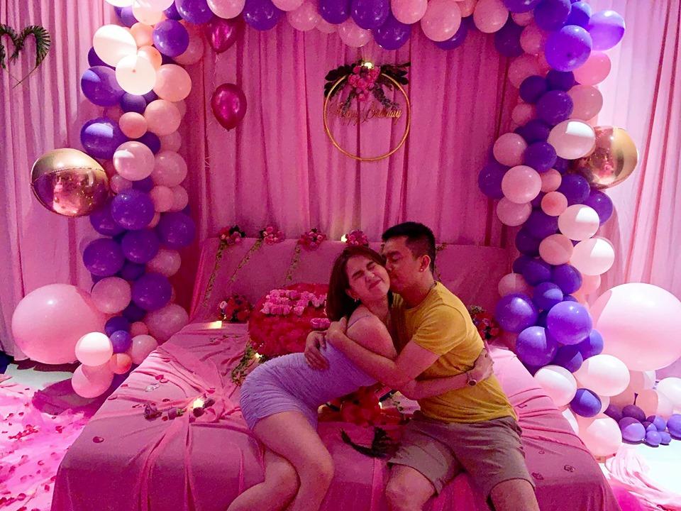 """Ngọc Trinh hôn trai """"lạ"""" thắm thiết dù bạn trai đại gia 1 tháng chuẩn bị quà sinh nhật tuổi 30."""
