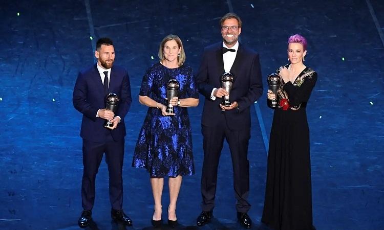 Klopp và Ellis (thứ hai từ trái sang) được vinh danh ở lễ trao giải The Best. Ảnh: Reuters.